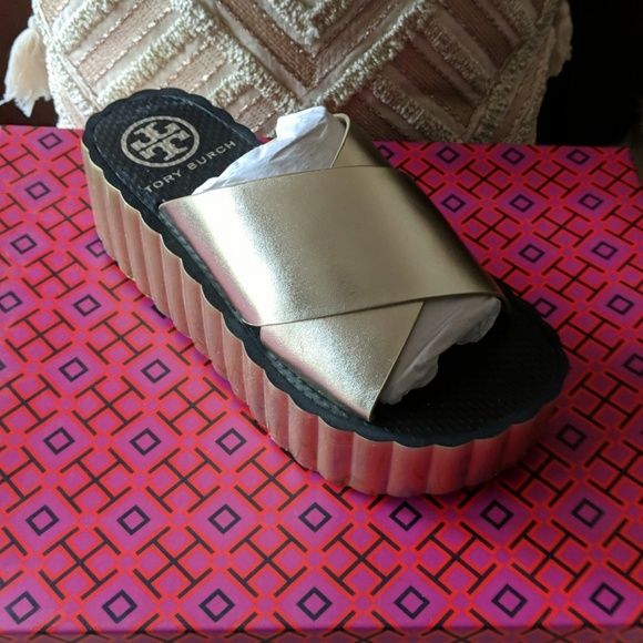 10b99a17523ae New Tory Burch Scallop Wedge Flip flop Leather
